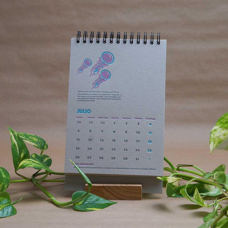 Página interior del calendario letterpress 2021, este año dedicado al medio ambiente, con curiosidades naturalistas y retos medioambientales. Mes de julio. Medusas impresas a dos tintas