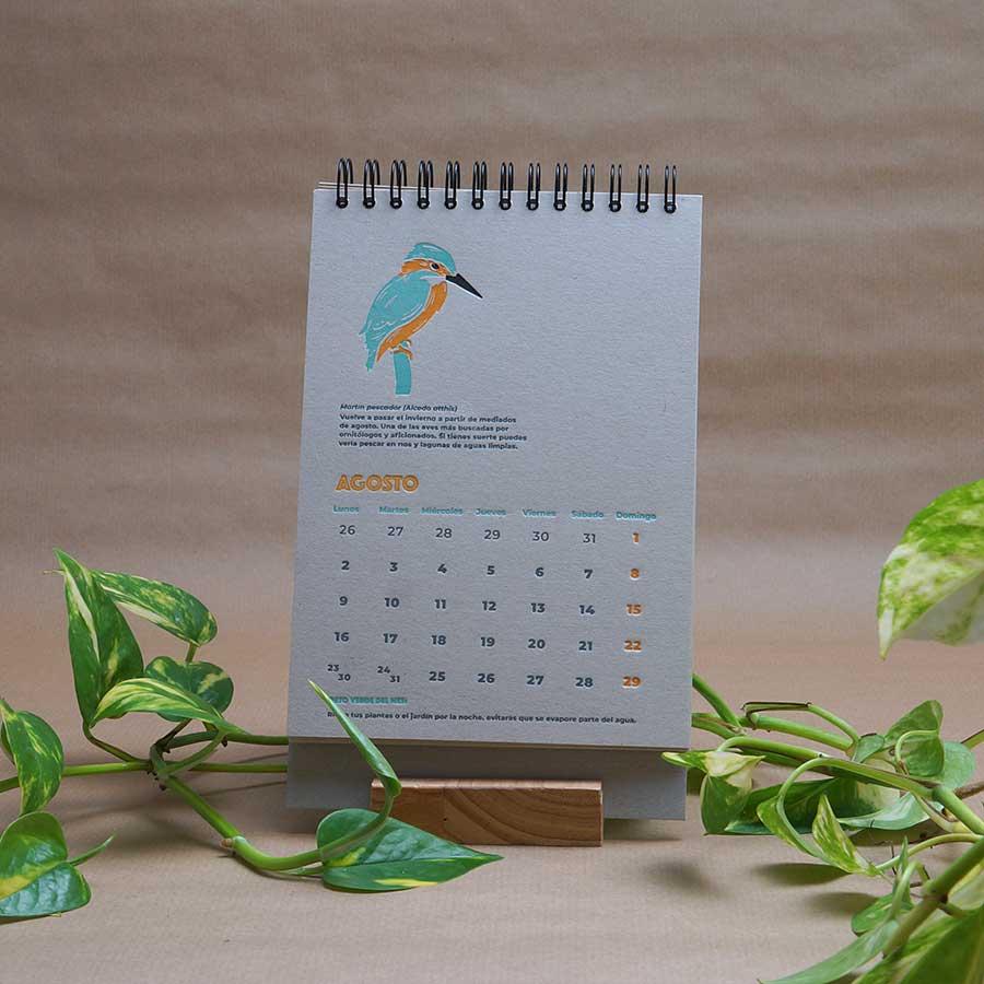Página interior del calendario letterpress 2021, este año dedicado al medio ambiente, con curiosidades naturalistas y retos medioambientales. Mes de agosto