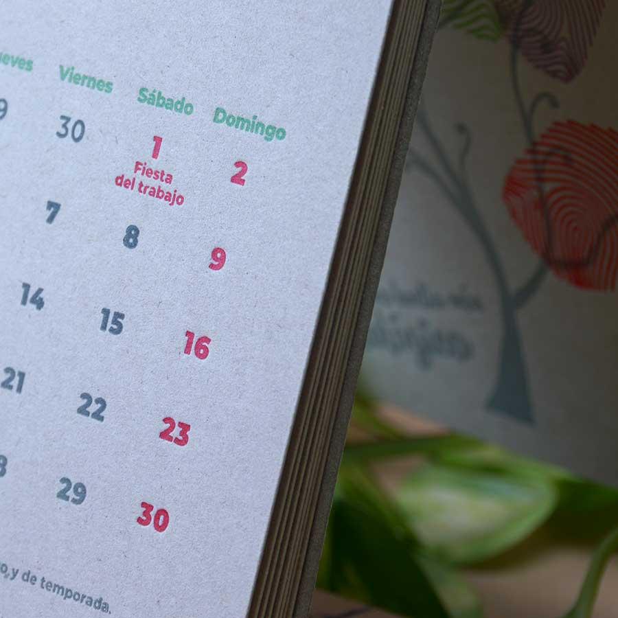 Detalle del hendido de una página del calendario letterpress Tiporium 2021