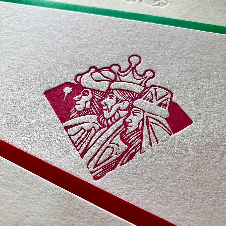 Detalle de tarjetas de felicitación navideña de los tres Reyes magos impresos en rojo