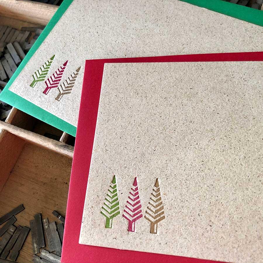 Detalle de felicitación navideña impresa en letterpress con motivo de árbol de Navidad en tres colores