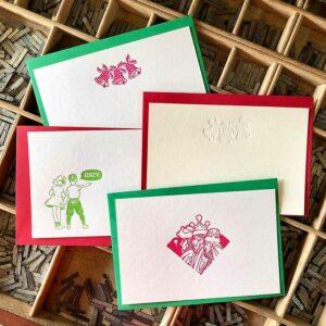 Lote de tarjetas de navidad con sobres de color rojo y verde