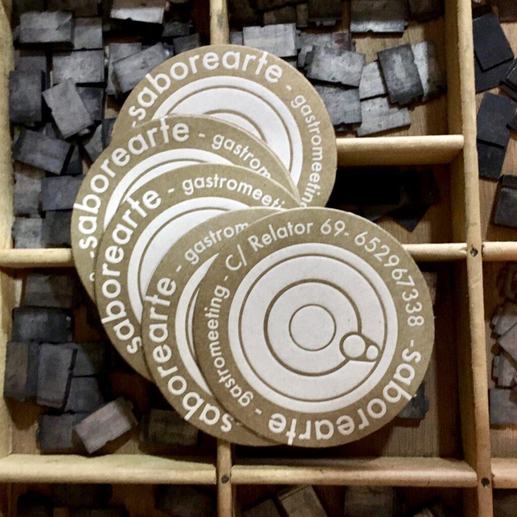 Tarjetas de visita redondas, a modo de posavasos, de la tienda gourmet Saborearte