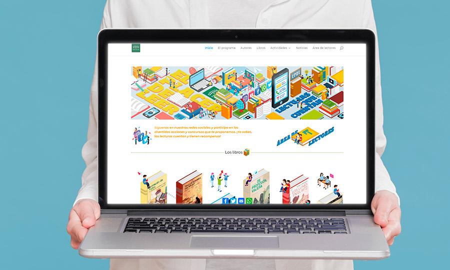 Una chija sujeta un ordenador portátil con la web de El placer de leer